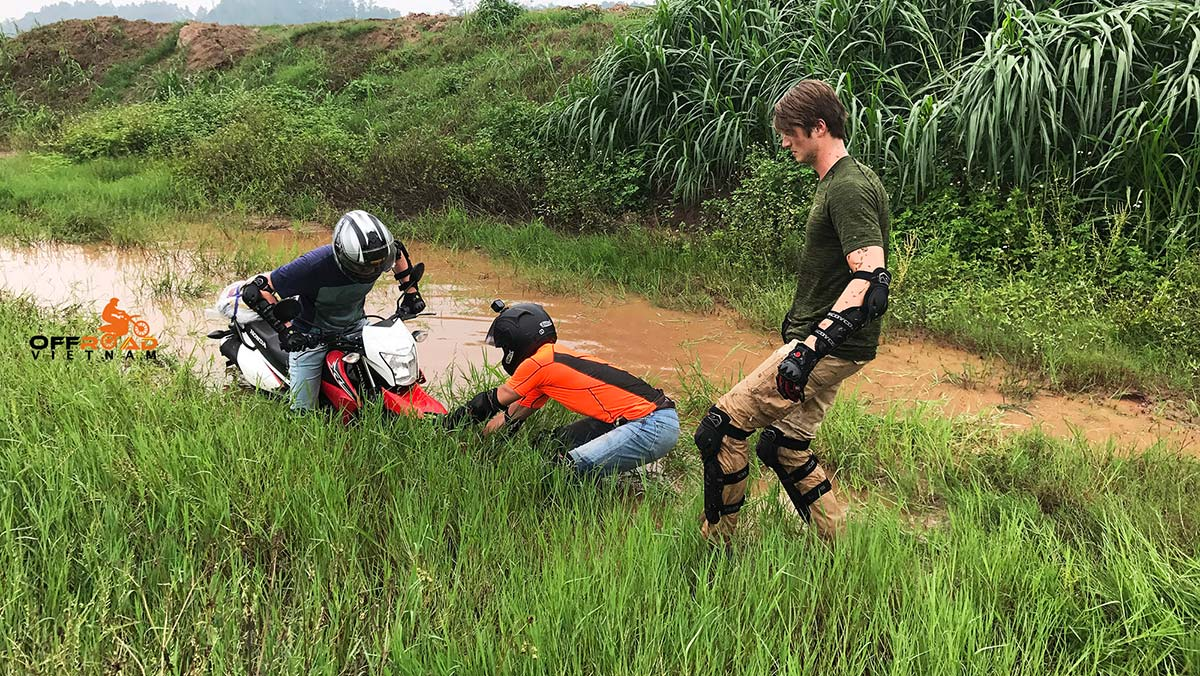 Semi-guided Motorbike Tours with the help from the guide in a rice field in Ba Be.